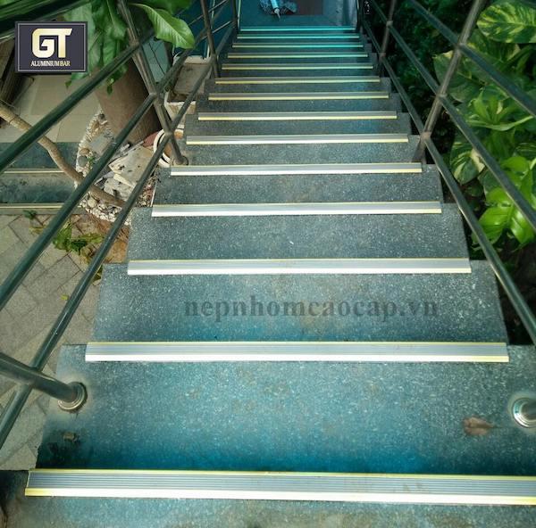 Nẹp cầu thang được ứng dụng phổ biến trong các công trình xây dựng và thi công nội thất
