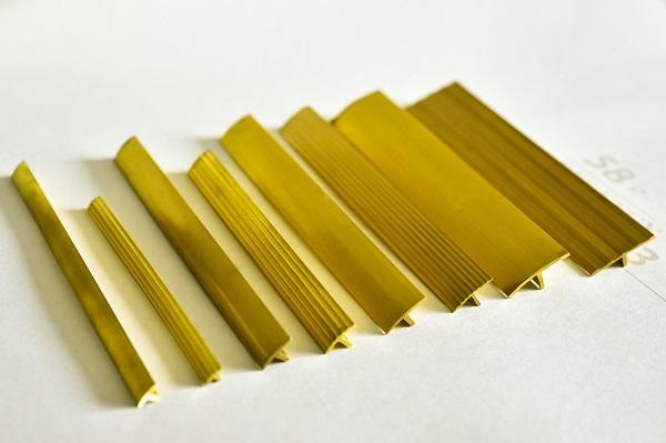 Nẹp đồng gồm 2 màu chủ yếu: đồng mờ và đồng bóng, tạo nên sự sang trọng cho không gian