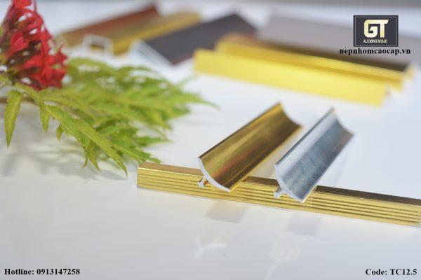 Nẹp kim loại trang trí giúp nối mép sàn với vật liệu khác